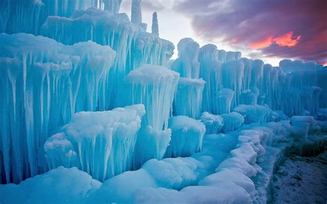 Winter-snow-cold-stunning pieces of ice-icicles of nature